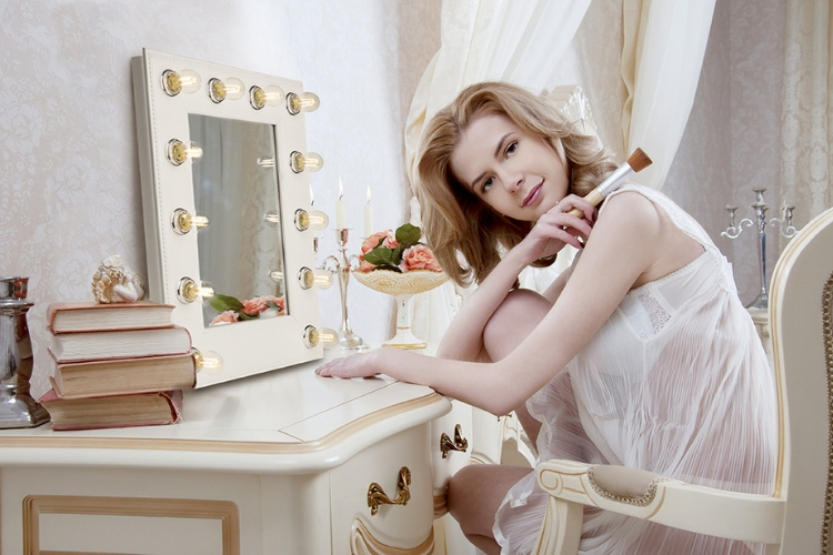 hollywood-vanity-mirror-makeup-table-girl